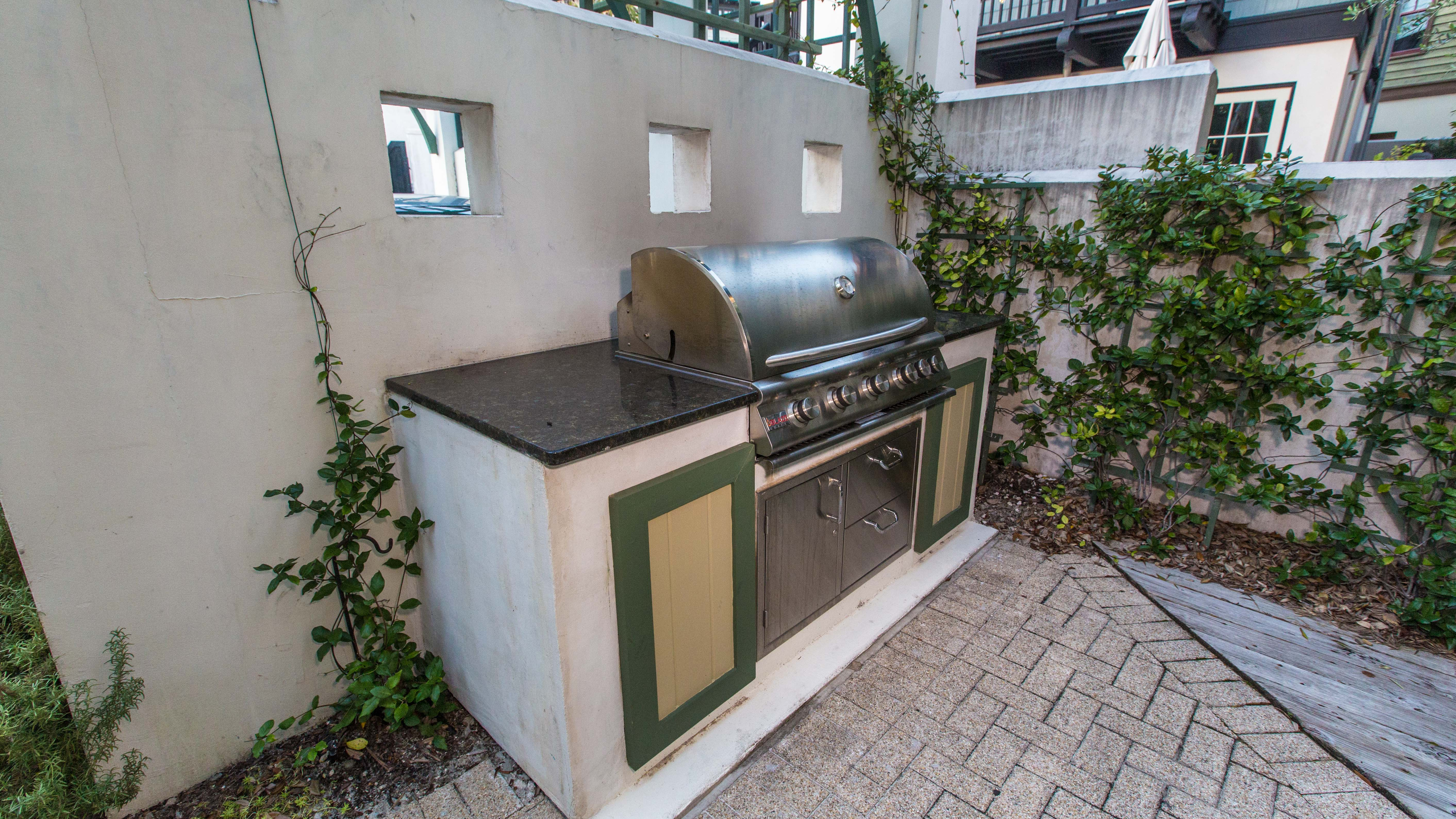 Natural gas grill has plenty of prep and cooking space